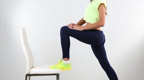 Estos 6 ejercicios en casa para hacer con silla cambiarán tus entrenamientos para siempre