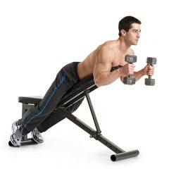 Para unos brazos fuertes practica el curl martillo de bíceps declinado