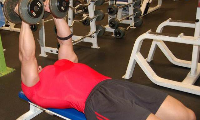 6 ejercicios mancuernas para pectorales