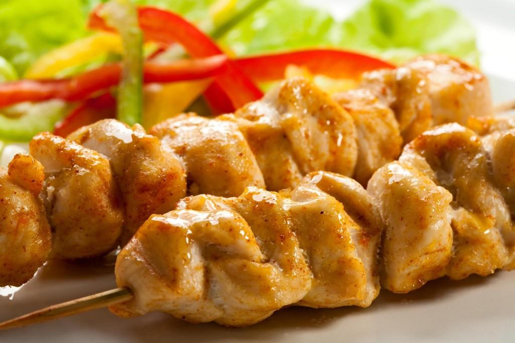 Cómo prepara los pinchos de pollo.