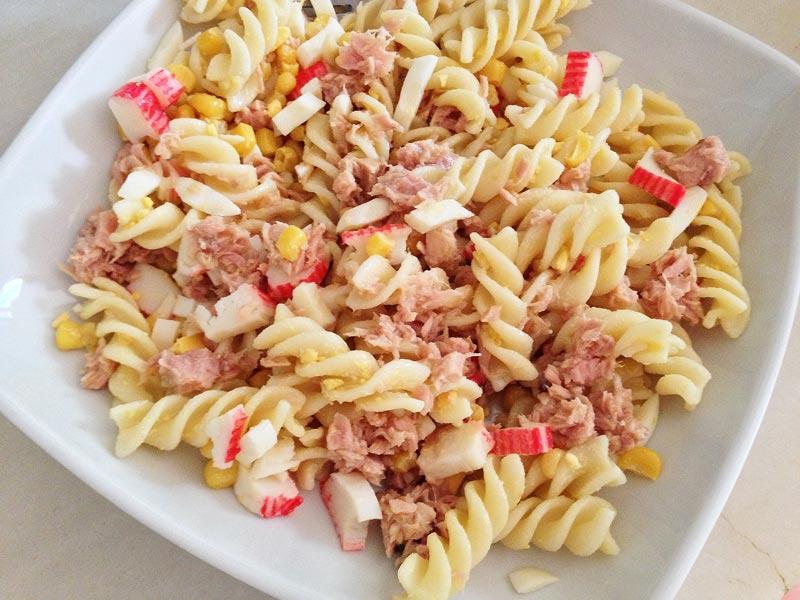 Cómo preparar una ensalada de pasta y atún.