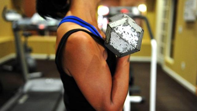 Cómo hacer curl de bíceps con barra