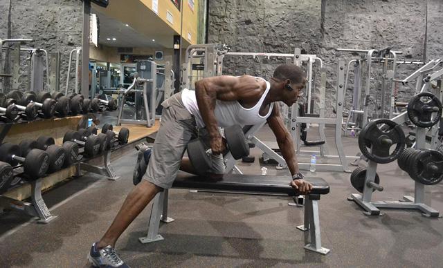 Remo con mancuerna para fortalecer dorsales