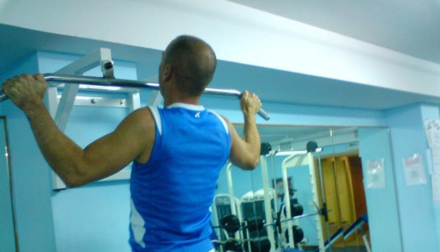 Rutina de ejercicios con barra para dominadas