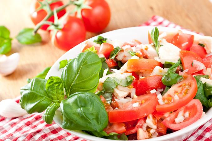 Cenar ensalada de tomate y albahaca.