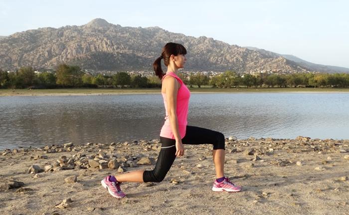 Zancada con patada para fortalecer las piernas