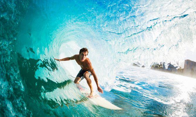 Descubre los beneficios del surf, una actividad cada vez más de moda