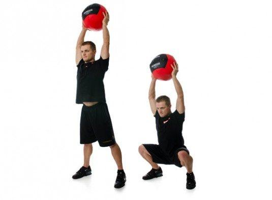 Como realizar la sentadilla overhead con balón medicinal