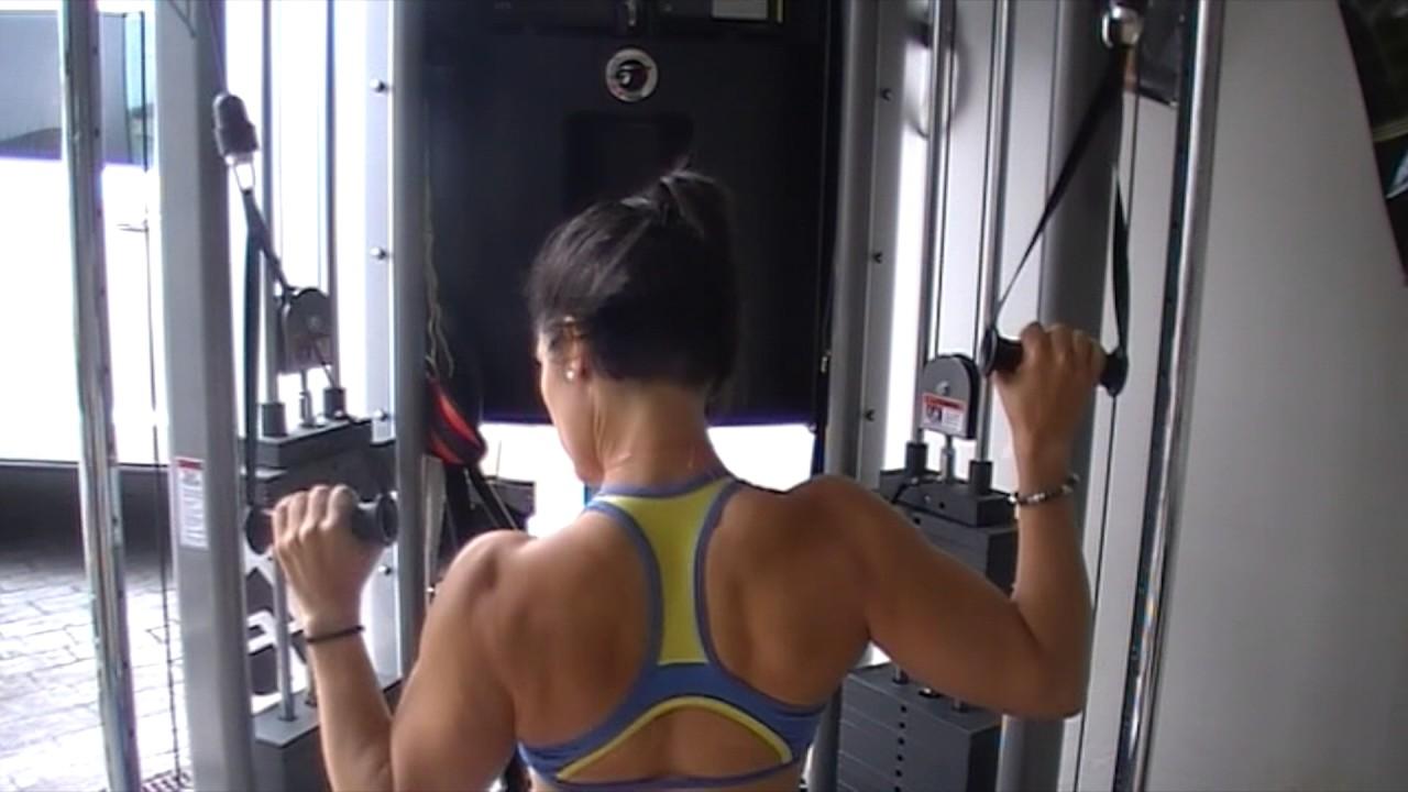 Otra forma de entrenar tus dorsales jalón tras nuca a una mano