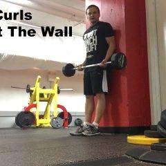 ¿En qué consiste el curl de bíceps contra la pared?