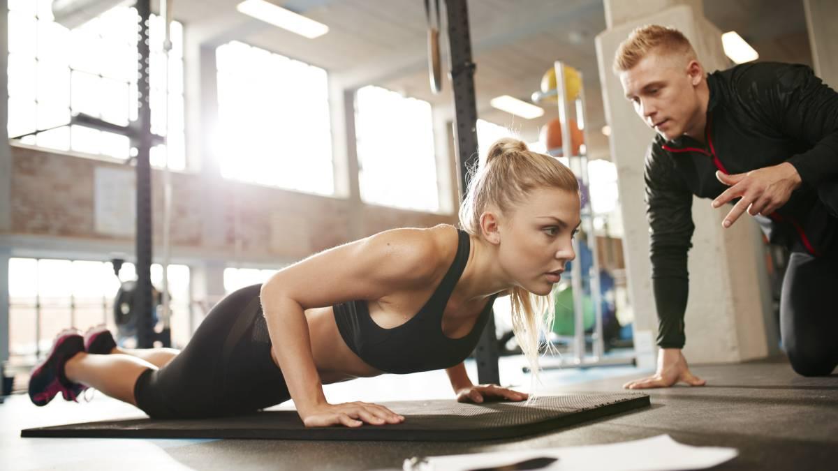 gimnasio con entrenador personal