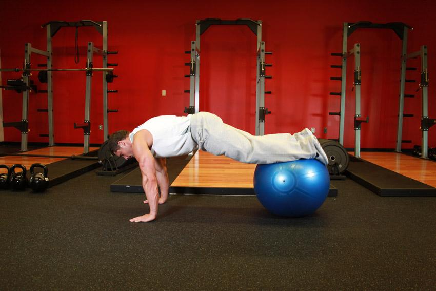 Estiramiento de piernas con bola de ejercicios