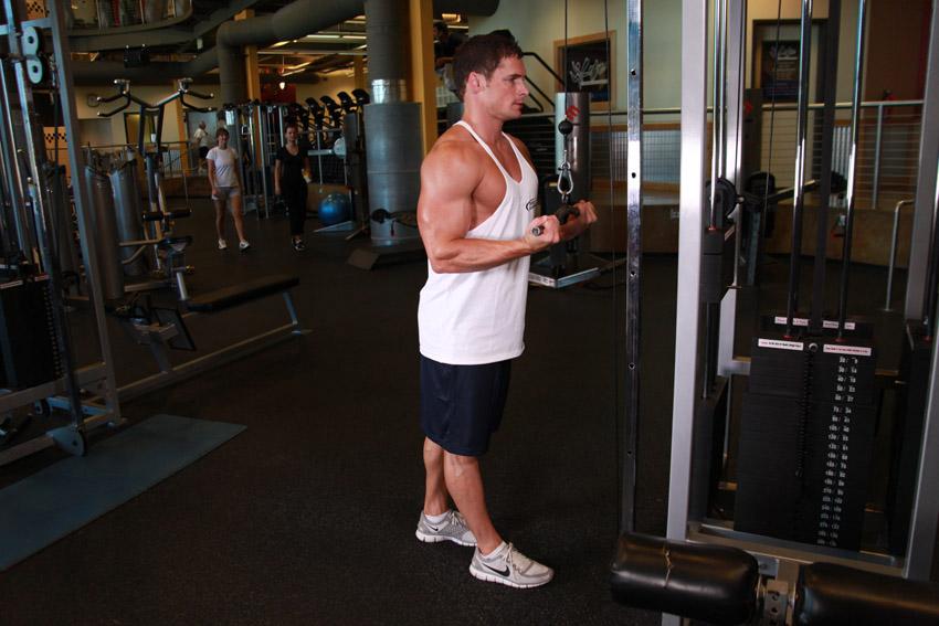 Desplazamiento descendente de tríceps con agarre inverso