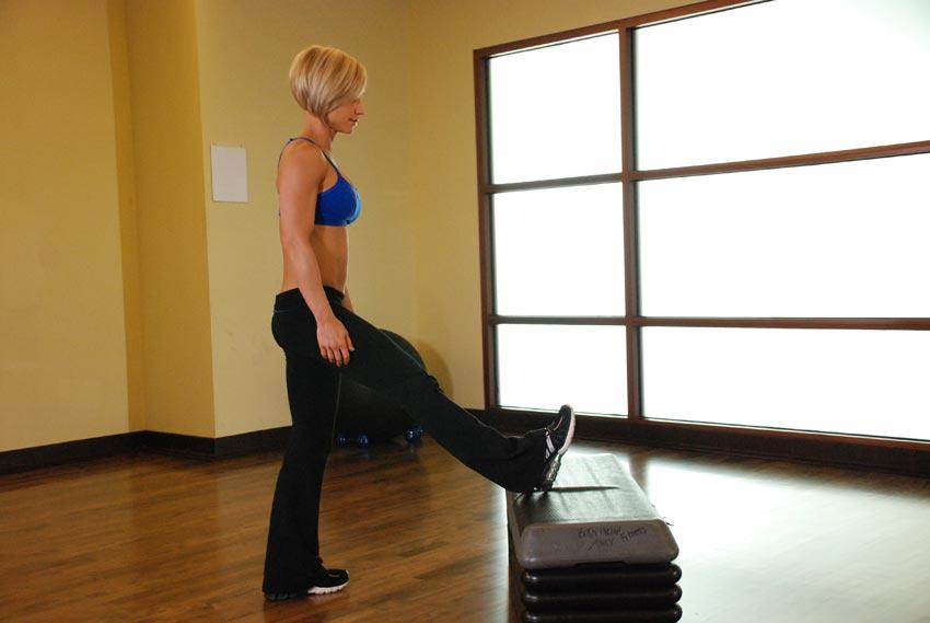 Estiramiento de pie del músculo gastrocnemio de la gemelos
