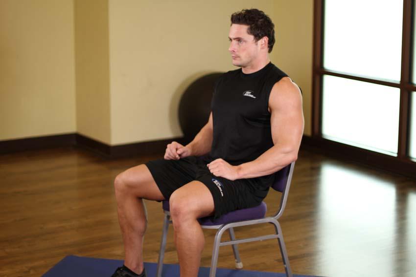 Estiramiento de la parte superior del cuerpo en silla