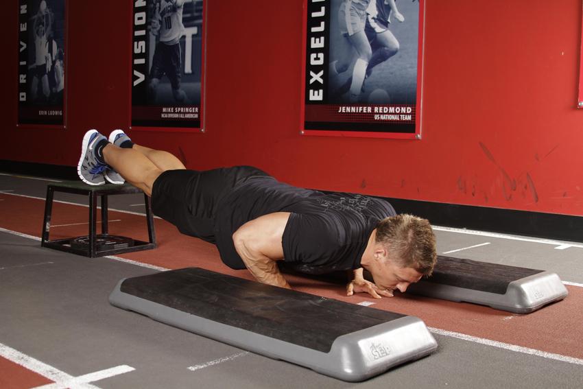 Flexión de brazos inclinada con salto de profundidad