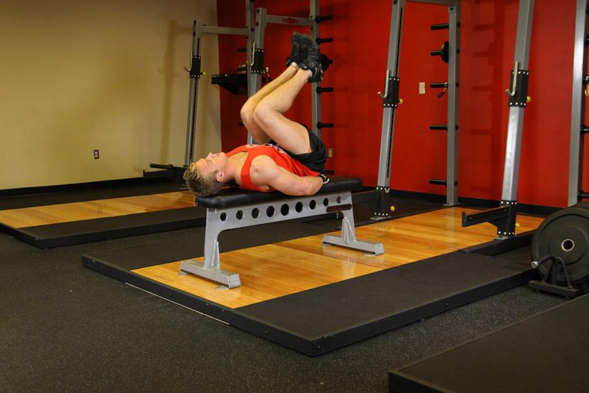 Estiramiento de piernas en banco plano